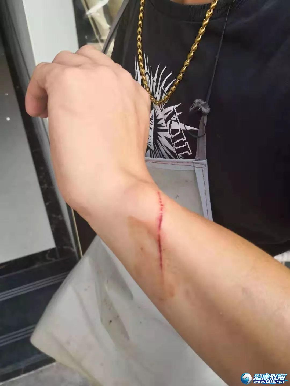 猖狂!澄海某店鋪門前男子搶劫摩托車!車主阻止還被拖倒!10小時后……